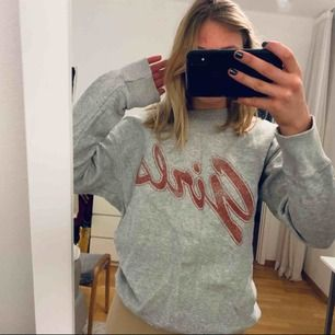Säljer denna supersköna och snygga sweatshirten från Bikbok med ett snyggt tryck. Ganska vintagestil och oversized så passar S och M också.  Frakt tillkommer 🥰