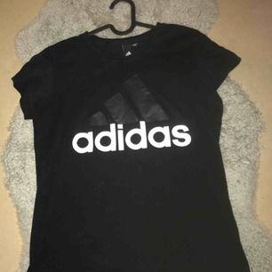 Svart Adidas tröja, oanvänd 😊 skickat flera bilder om du är intresserad