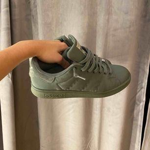Snygga militär gröna stan Smith skor! I mycket bra skick.🌼