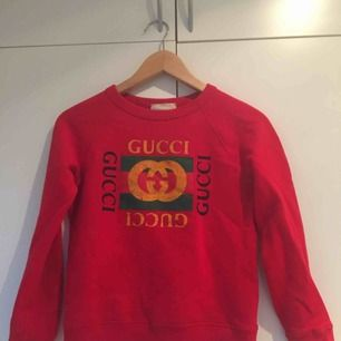 En superfin Gucci tröja i tjockt material, köpt på barnavdelningen på NK i Stockholm. Storlek 8, barnstorlek men passar mig som har XS. Nypris: 1200 kr
