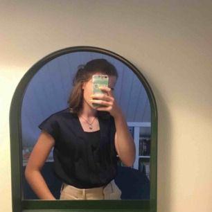 Cool t-shirt blus från Wera, mörkblå i strl 36. Denna + långkjol och grova sandaler=en looook🌟🌟🌟(+36krfrakt)