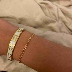Marc Jacobs armband i guld och vit! Bara använt fåtal gånger Nypris 1000kr