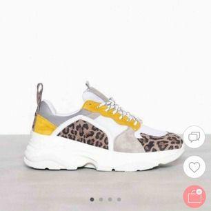 Hej! Säljer ett par skor i storlek 38. Köpta på Nelly.com för 1200 kr. Platåhöjd bak 6 cm. Ovandelen är i meshtyg med kontrastfärgade partier i äkta mocka. Använda endast en gång, så otroligt bra skick! Ställ gärna frågor! :)