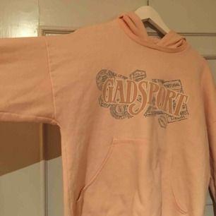 Ljusrosa hoodie från beyond retro! 💓 M men lite lite oversized. Möts upp i Sthlm annars står köparen för frakt