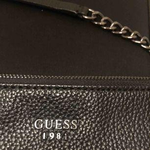 Säljer denna snygga väska ifrån guess, använd ett fåtal gånger. Säljer pga använder inte längre. Köparen står för frakt💕