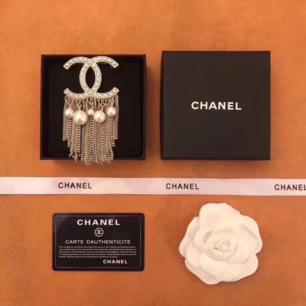 Chanel Brooch med pärlor . Kräftiga kedja.