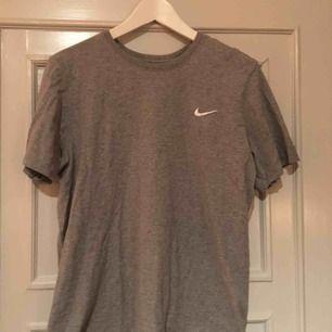 Grå Nike t-shirt. M i herr storlek :) Möts upp i Stockholm annars står köparen för frakt