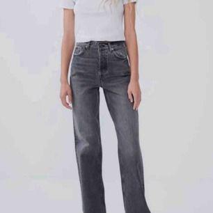 Söker dessa jeans från zara!!! Storlek 34 eller 36, gör gärna av er!!