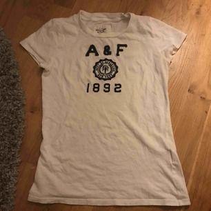 Abercrombie & Fitch tröja knappt använd för den är för liten för mig, jätte mjukt o skönt material  Köparen står för frakten!