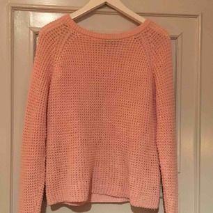 Söt stickad rosa tröja, använd några få gånger ;) Möts upp o Sthlm annats står köparen för frakt💖