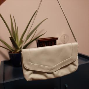 En as snygg väska som tyvärr inte kommer till så mycket användning då jag har FÖR många väskor. Väldigt bra skick. Lite ljust mintgrön i färgen, väldigt snygg till en somrig/vårig outfit.