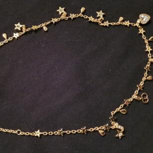 CD halsband guld pläterad i rostfritt stål. All smycke är i rostfritt stål. Himlasnygg är den. Swarovski crystal