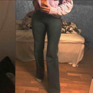 Köpte dessa fina utsvängda byxor här på plick men de passade tyvärr inte mig i storleken, annars i jättefint skick och bra kvalité!