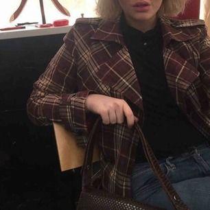 Kappa/trench coat från Tommy Hilfiger 🦋 köpt vintage för 800kr, storlek S/M! Skriv för bättre bilder