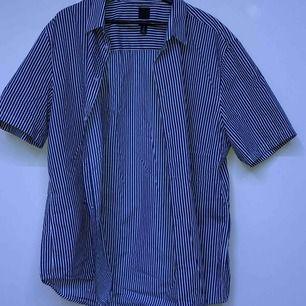 oanvänd, oversized kortärmad skjorta från h&m.  köparen står för frakt eller möts upp o sthlm :)