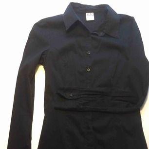 Figursydd svart skjorta, stlk xs Jättefin på