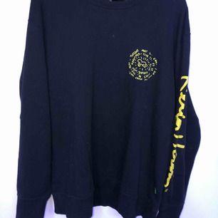 långärmad tröja från uniqlo, inte så tjock och sitter som en L. köparen står för frakt eller möts upp i sthlm :)
