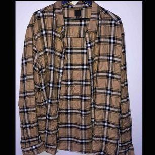 skjorta från h&m som liknar burberry, aldrig använd. köparen står för frakt eller möts upp i sthlm :)