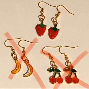 Söta örhängen i fruktmotiv🍒🍌🍓 guldiga metall örhängen med emalj. 80kr/st + frakt!