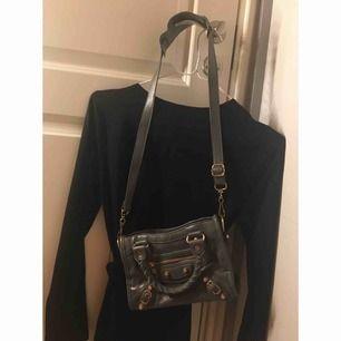 Min super fina gråa Balenciga look alike väska. I bra skick! Säljs då denna ej kommer till användning😅