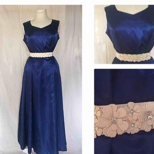 Blå klänning med skärp