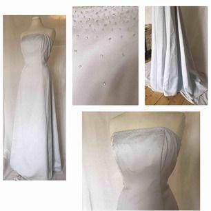 Supervacker balklänning med elegant släp  Färgen är ljust ljust blå, skulle även fungera som bröllopsklänning 🌸  Finns hakar ifall man vill köpa till egna axelband Priset kan diskutera vid snabb affär!