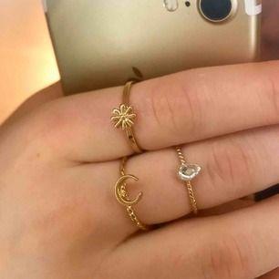 Superfina guldiga ringar med olika motiv: måne, blomma, droppformad sten. 15kr/st för blomman och stenen. 20kr för månen. Paketpris på 40kr för alla. Köparen betalar frakt❣️