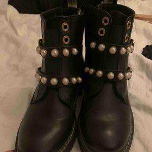 Skinn boots me detaljer som pärlor och spännen.  Använt en gång
