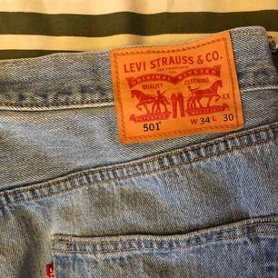 Vintage Levis 501 köpta på humana i sommras. Bra skick. Tveka inte att skriva om du undrar över nåt :)