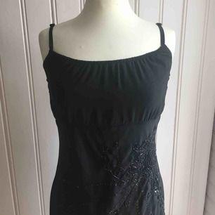 Svart chiffong-klänning med pärlor