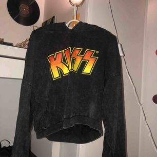 Snygg kort hoodie med KISS på😄