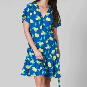 Säljer en härlig sommardröm från Svea som är helt oanvänd💛Det är en blå omlottklänning med ett underbart citronmönster, knytning i sidan & volanger ner till🍋Nypris är 800kr.