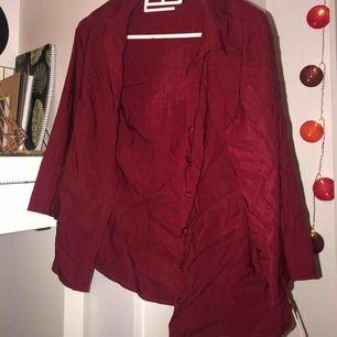 Röd skjorta, legat i garderoben, därav är den skrynklig💓snygg med ett linne under
