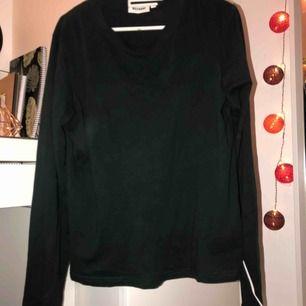 Mörktgrön tröja från weekday, fläcken finns inte i vekligheten) tröjan är aldrig använd