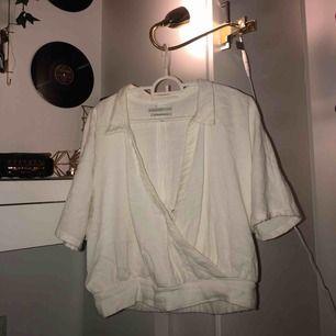 Intressekoll! Tröja från Urban outfitters, linnetyg och köpt för ungefär 400:-, använd väldigt sällan💓