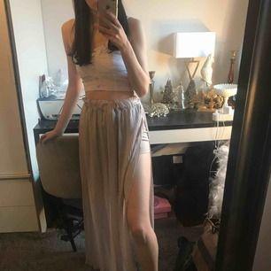 Så fin plisserad långkjol från Jenny Skavlan x BikBok. Slits vid ena sidan ☺️ Aldrig använd, så som ny. Fraktkostnad tillkommer