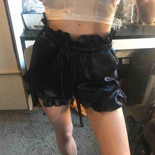 Väldigt fina glansiga shorts med volanger, har ludd och noppror(se bild 3), därav priset!! Men fina som hemma/sovplagg. Fraktkostnad tillkommer