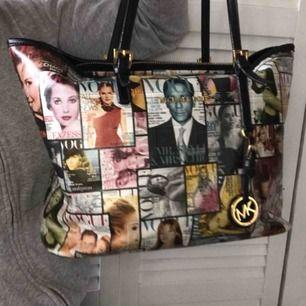 En väldigt unik MK väska! Ej äkta. Typ aldrig sett någon liknande, säljer pga använder sällan. Den är i  bra skick! 🤍