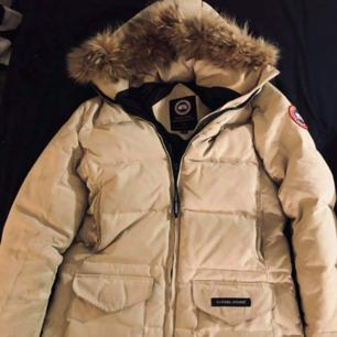 Canada goose dam jacka Size xs  Nypris 6000:- .inköpt förra året.    Mvh Jessica