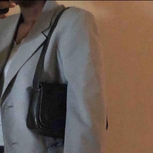 Assnygg handväska som jag köpt på plick men tyvärr inte fått användning för så nu säljer jag den vidare. Bekväm att ha över axeln och har ett resårknäppe som sitter bra så att väskan inte går upp.✨☔️🦋 Bjuder på halva frakten!!<3