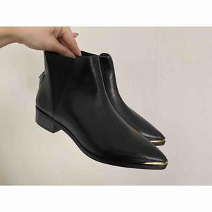 SÅ fina boots från Ivyrevel, helt nya med prislappen kvar. Gulddetaljer framtill.