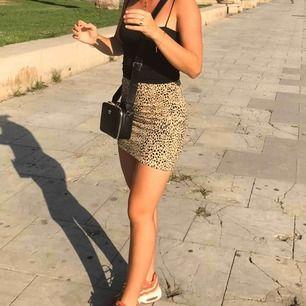 En superfin kjol från Brandy Melville! Älskar denna men kan tyvärr inte ha den längre. Skulle säga att den passar en XS/ S, sitter tight men stretchig. Så fin, speciellt på sommaren. 🤍