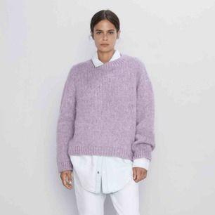 Jättefin pastell lila stickad tröja från zara. Helt slutsåld och populär. Kan mötas upp i stockholm eller frakta💜💜💜 Endast använd fåtal gånger