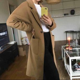 Beige fin kappa från Weekday! Säljer pga används aldrig. Frakten ingår inte i priset 🌸