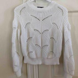 Jättefin stickad tröja från ginatricot. Tröjan är i strl XS och sparsamt använd. Köparen står för frakten.