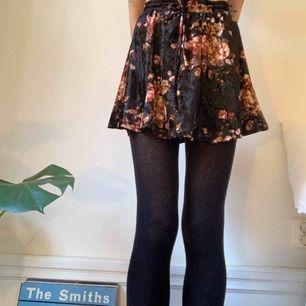 Blommig minikjol i sammet från Urban outfitters, aldrig använd🌺🌸🌹