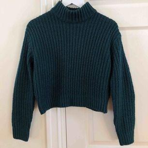 Jättefin smaragdgrön stickad tröja med polokrage från H&M. Använd fåtal gånger och i jättebra skick✨ köparen står för frakten.