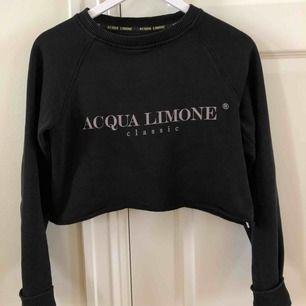 En svart långärmad tröja från Acqua limone i strl XXS. Är dock stor i storleken och passar mig som vanligtvis har S. Har klippt den själv. Köparen står för frakten.