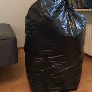 En hel sopsäck med kläder, finns både kläder med prislapp och använda. Många tighta jeans, koftor, fina blusar, mjukisbyxor & klänningar.
