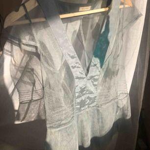 Nytt linne från noa noa i grå/blå färg! Genomskinligt och jättebra skick